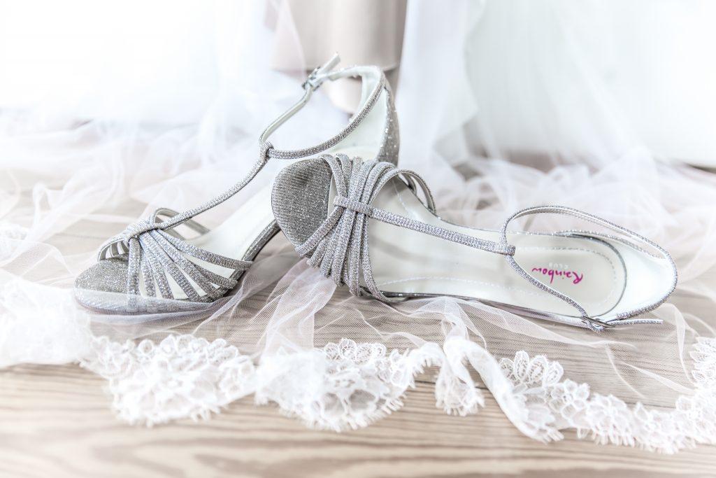 Hochzeitskleid mit Hochzeitsschuhen von Fotojoko